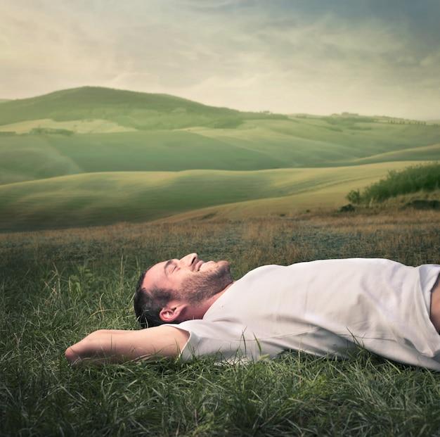 Heureux homme couché sur l'herbe