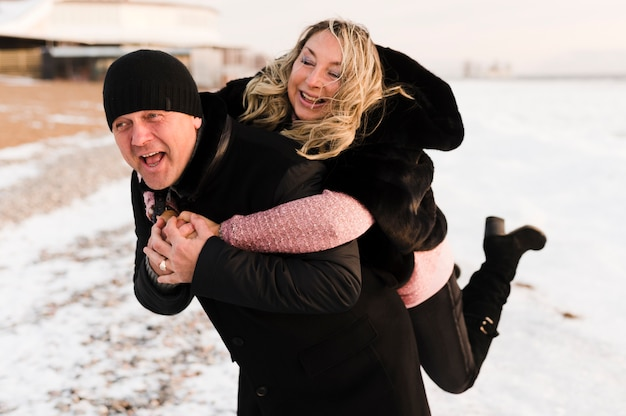 Heureux homme donnant ferroutage à sa femme