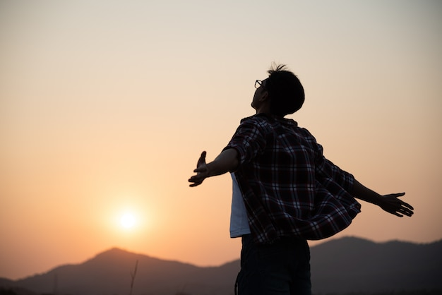 Heureux homme écartant les bras, travel lifestyle, concept de réussite de la liberté.