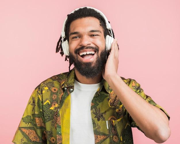 Heureux homme écoutant de la musique
