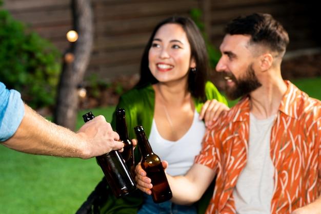 Heureux homme et femme avec des bières