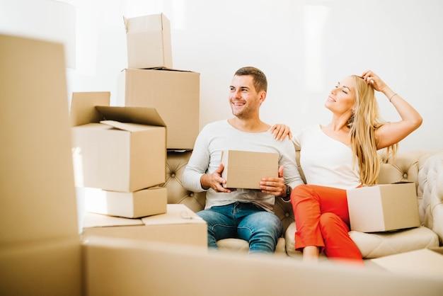 Heureux homme et femme dans des boîtes