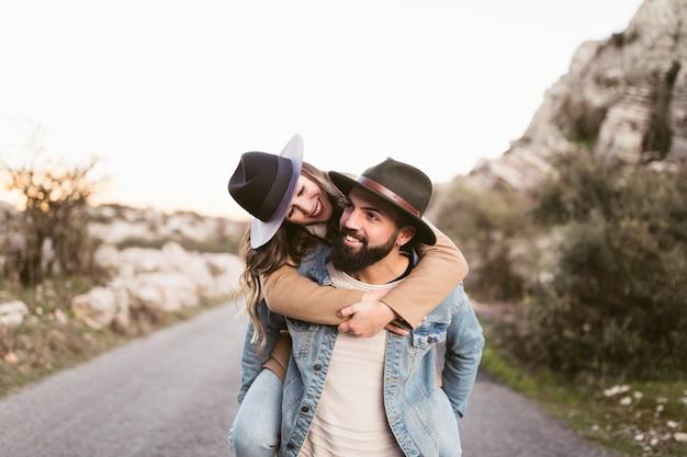 Heureux homme et femme sur une route de montagne