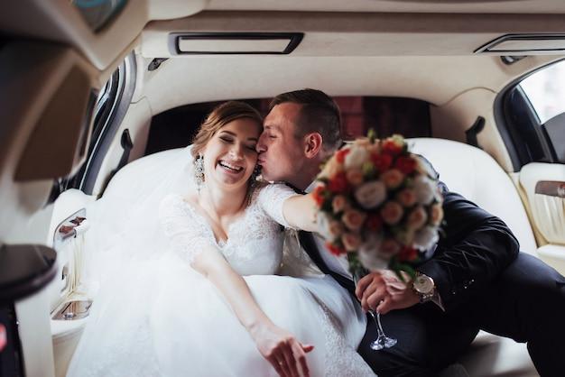 Heureux homme et femme souriant se réjouissant au jour du mariage