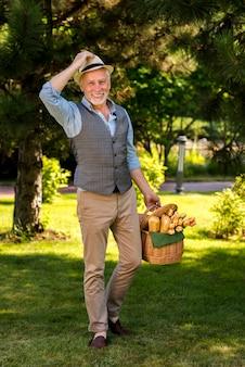 Heureux homme marchant avec un panier long shot