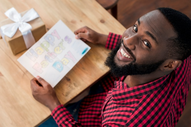 Heureux homme noir tenant la carte de voeux
