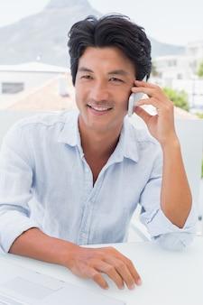Heureux homme parlant au téléphone