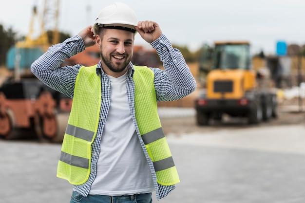 Heureux homme portant un casque de sécurité