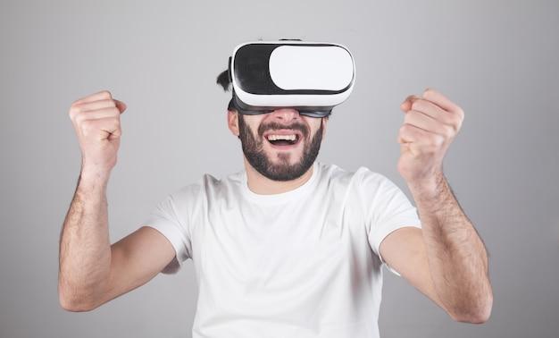 Heureux homme portant des lunettes de réalité virtuelle.