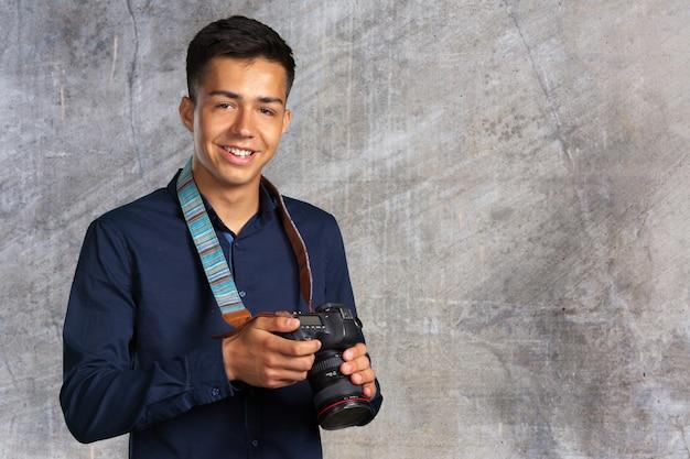 Heureux homme prenant des photos avec appareil photo numérique