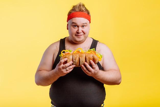 Heureux homme prépare à manger un hamburger