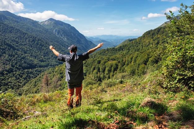Heureux homme randonneur sur la montagne