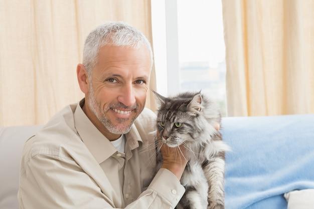 Heureux Homme Avec Son Chat Sur Le Canapé Photo Premium