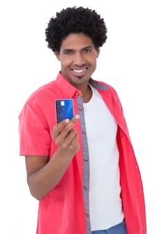 Heureux homme tenant une carte de crédit