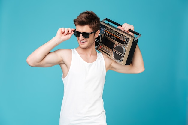 Heureux homme tenant un magnétophone