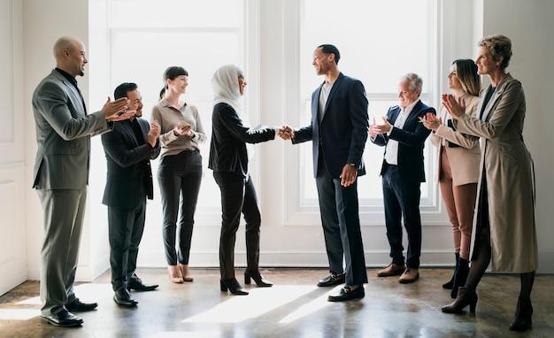 Heureux hommes d'affaires divers faisant un accord