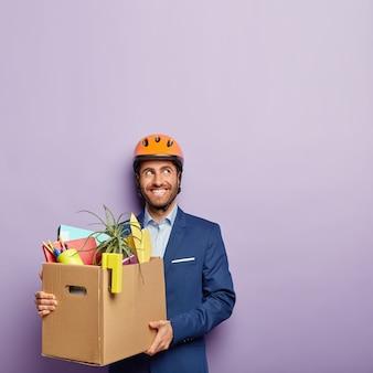 Heureux ingénieur masculin heureux d'obtenir un nouvel emploi au bureau