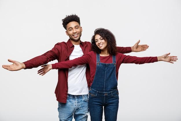 Heureux jeune couple africain habillé avec désinvolture s'amuser ensemble.