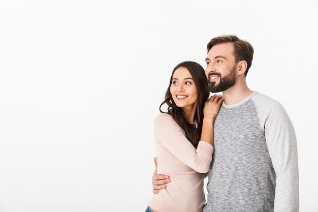 Heureux jeune couple aimant isolé