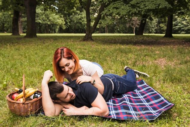 Heureux jeune couple aimant profiter dans le parc