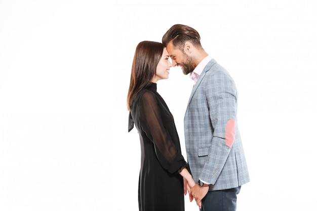 Heureux jeune couple d'amoureux debout isolé