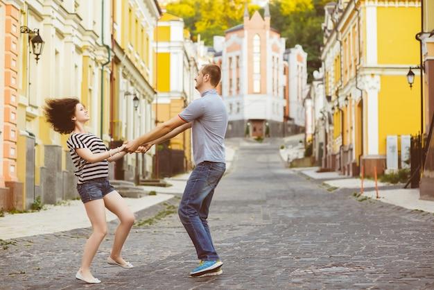 Heureux jeune couple amoureux étreignant à la ville