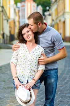 Heureux jeune couple amoureux posant dans la ville