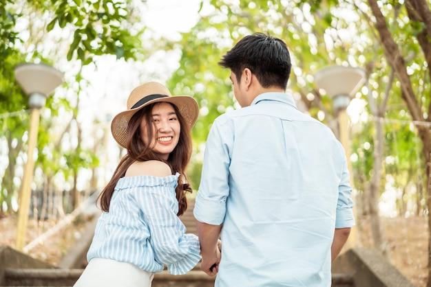 Heureux jeune couple asiatique amoureux passer un bon moment