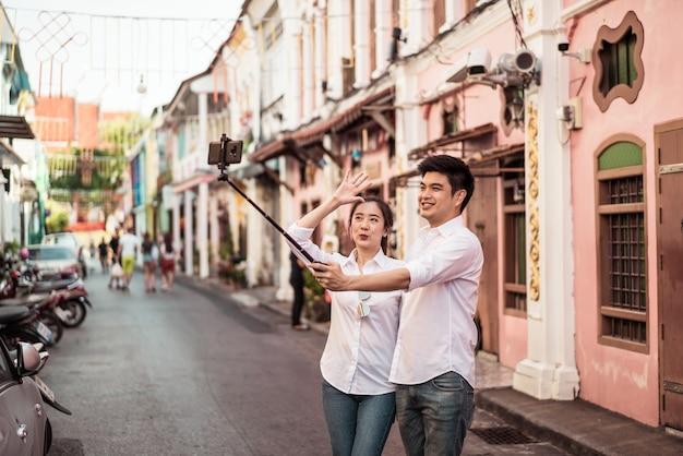 Heureux jeune couple asiatique amoureux s'amuser dans la ville de phuket, thaïlande