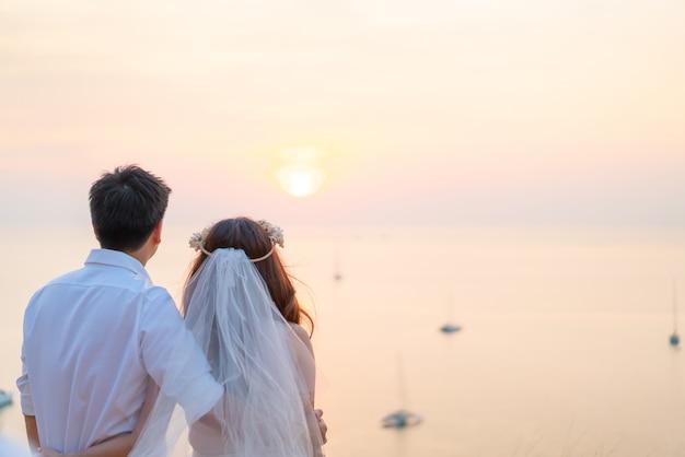 Heureux jeune couple asiatique amoureux s'amuser