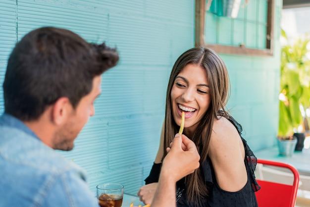 Heureux jeune couple assis dans un restaurant