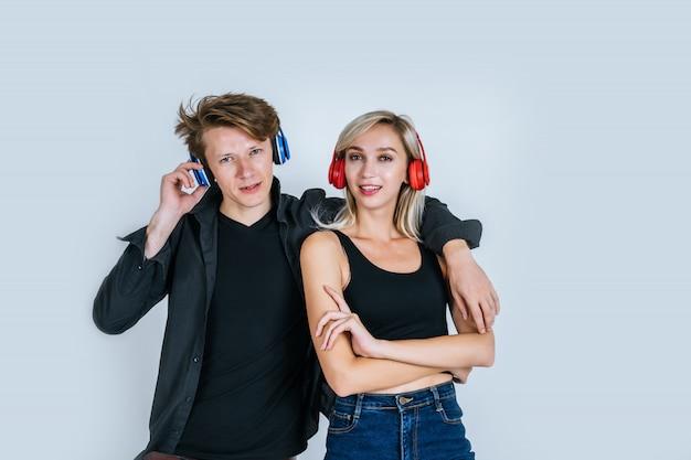 Heureux jeune couple au casque d'écoute de musique