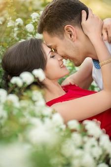 Heureux, jeune couple, baisers, dans parc