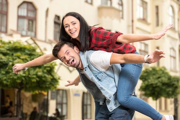 Heureux jeune couple branché se promène dans la ville.