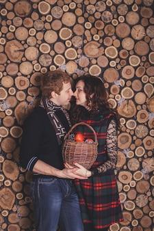 Heureux jeune couple célèbre les vacances du nouvel an