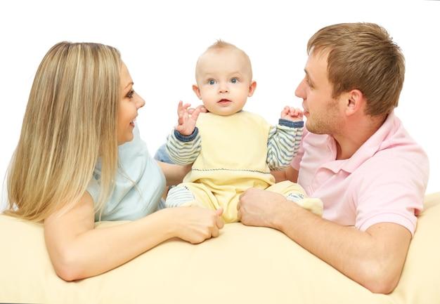 Heureux jeune couple couché avec le bébé