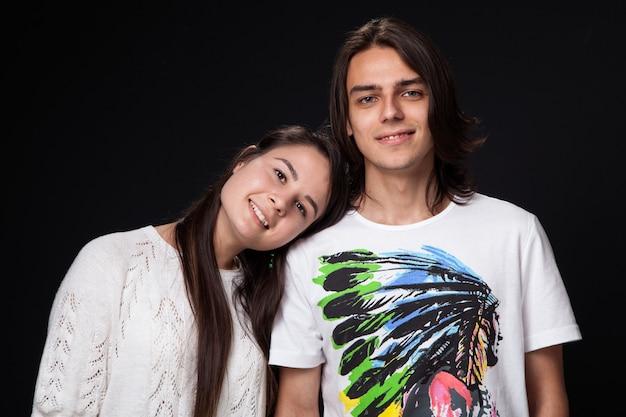 Heureux jeune couple dans le noir