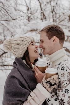 Heureux, jeune couple, dans, parc hiver, amusant., famille, dehors. l'amour.