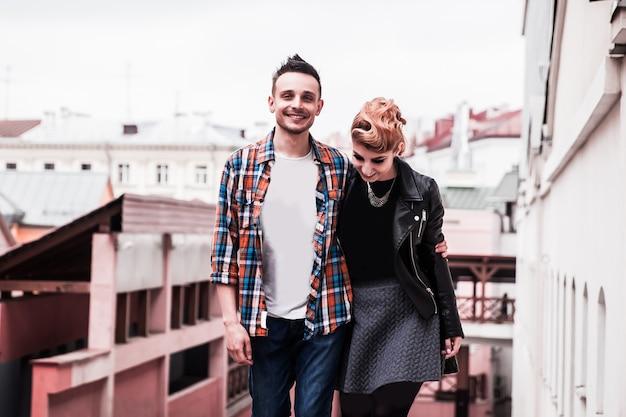 Heureux jeune couple dans la ville
