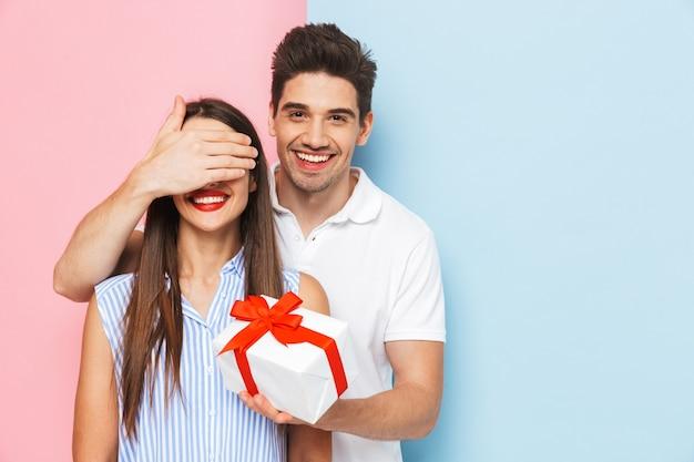Heureux jeune couple debout isolé