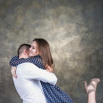 Heureux jeune couple embrassant
