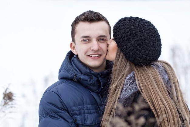 Heureux jeune couple en hiver