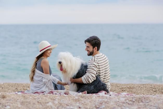 Heureux jeune couple interracial avec leur chien