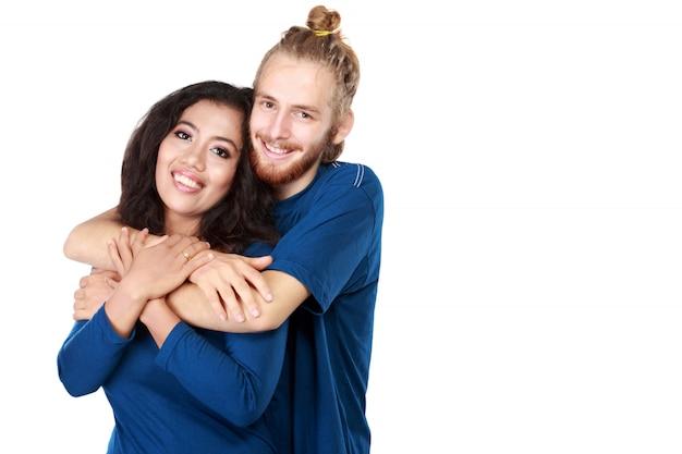 Heureux jeune couple de multiculture