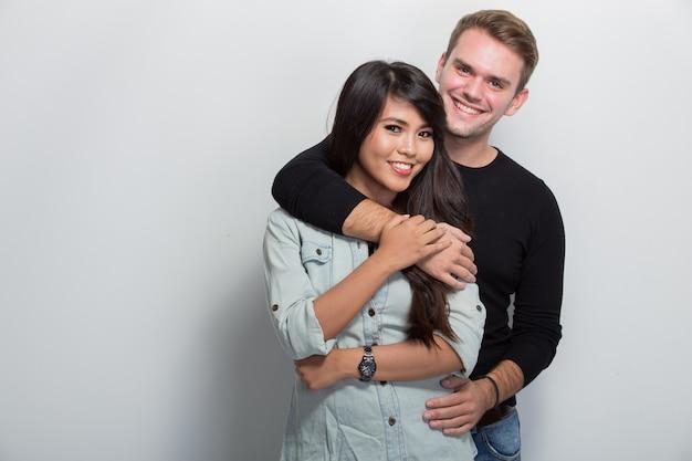 Heureux jeune couple multiculturel