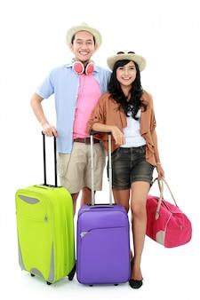 Heureux jeune couple part en vacances