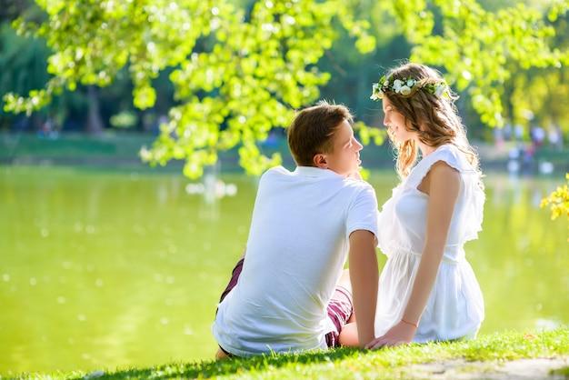 Heureux jeune couple posant sur les vacances d'été
