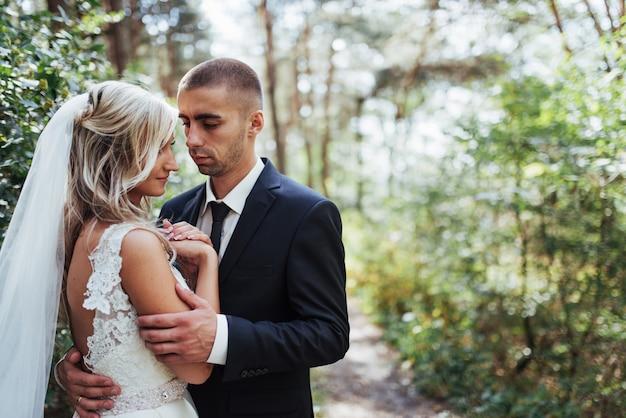 Heureux jeune couple pose pour les photographes le jour le plus heureux de sa vie.
