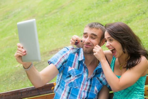Heureux jeune couple prenant autoportrait