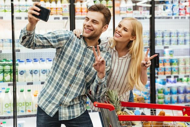 Heureux jeune couple prenant un selfie